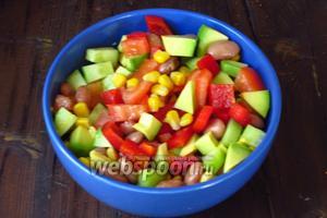 Для заправки соединить оливковое мало с яблочным уксусом, посолить по вкусу и заправить салат. Приятного аппетита:))!