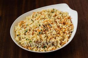 Соединяем кус-кус с морковью и соком, в котором она мариновалась, добавляем мелко нарезанную мяту (несколько листочков оставляем для украшения).