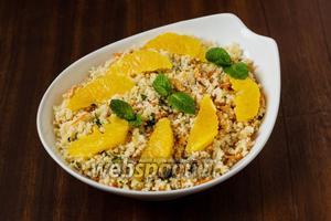 Украшаем салат филированными дольками апельсина и мятой, после чего салат можно подавать к столу.