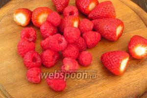 Ягоды помыть и выложить на бумажное полотенце. Если ягоды крупные, то необходимо их нарезать небольшими кусочками.