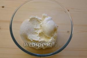 Выкладываем творог в миску и добавляем сахар, ванильный сахар, 1 ст. л. сметаны (если нет сметаны, можно взять жирные сливки). Сметана придаст творогу сливочный вкус.