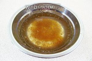 Желатин залить небольшим количеством холодной кипячёной воды и оставить на 30 минут для набухания.