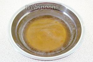 С желатина слить лишнюю воду и распустить его на водяной бане.