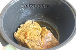 Наливаем масло в мультиварку и включаем «Жарка». Кладём мясо и обжариваем со всех сторон. Запечатываем, как бы мясо тем самым.