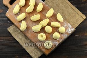 Разделить тесто на небольшие кусочки. Из них сформировать шарики, приплюснуть их и в центре, пальцем, сделать вмятину.