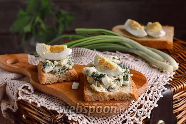 Фото Тосты с салатом из молодой крапивы