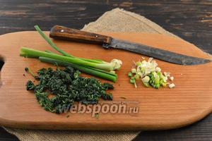 Нарезать мелко подготовленную крапиву и зелёный лук.