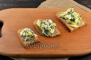 Выложить салат на хлеб. Блюдо готово.