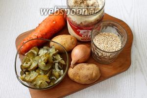 Для приготовления нам понадобятся вода, тушёнка свиная, солёные огурцы, морковь, лук репчатый, картофель, перловка, томатная паста, масло растительное, соль, лавровый лист и петрушка свежая.