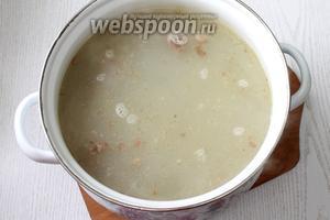 Воду с тушёнкой доводим до кипения. Добавляем картофель, мелко порезанный на суп, и промытую перловку. Варим с момента закипания, на медленном огне, 30 минут.