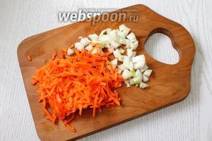 Морковь трём на тёрке, лук мелко режем кубиками.