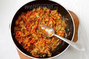 Добавляем томатную пасту в конце обжаривания, затем тушим с добавлением мелко порезанных огурцов.