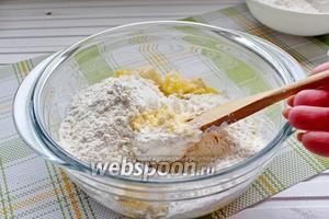 Добавить просеянные соль, разрыхлитель и муку.