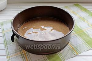 Приготовим разъёмную форму для выпечки, 18-20 см в диаметре, дно выстелить пергаментом и смазать дно и бока растительным маслом.