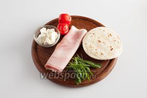 В моём рецепте предусмотрено всего 5 компонентов: 100 грамм тонкого армянского лаваша, сыр (любой с творожной консистенцией), ветчина, помидоры (не обязательно мелкие, можно и крупных 2-3 шайбы нарезать, лишь бы не недозрелые были) и руккола.