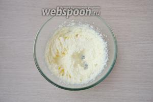 Для приготовления теста мягкое сливочное масло взбить с сахаром.