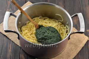 Переложить песто в кастрюлю с готовыми, только что отваренными спагетти. Перемешать.