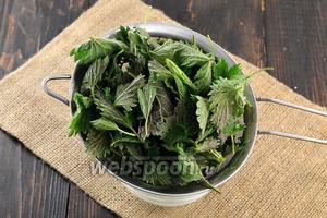 У крапивы оборвать листья (работать в перчатках), хорошо промыть под проточной водой.