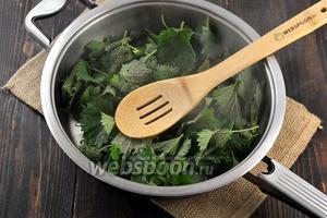 Всыпать подготовленные листья крапивы. Готовить 3-4 минуты, помешивая.