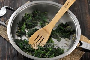 Через 4 минуты добавить 50-60 мл отвара из спагетти и готовить под крышкой ещё 2 минуты.