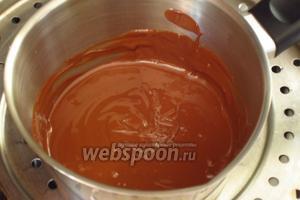 Шоколад поломать на кусочки и растопить на водяной бане.