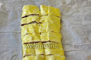 Размешать вилкой желток с молоком и смазать  рулет. Нарезать на полоски, шириной 1-1,5 см.