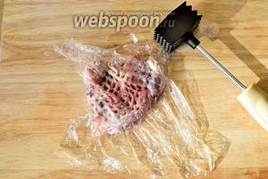 Отбейте кусочки мяса вот таким вот образом, через плёнку.