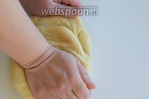 Вымешиваем руками тесто до однородности и гладкости. Тесто будет мягкое и покладистое.