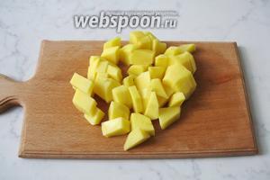 Картофель почистить, помыть и нарезать произвольно. Добавить в кастрюлю с рыбным бульоном.