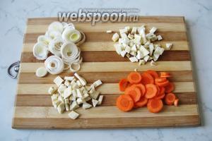 Лук-порей, морковь, корень петрушки и сельдерея почистить, помыть и нарезать. Лук-порей и морковь я нарезала кружками, а коренья мелкими кубиками.