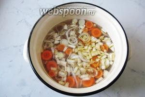Затем добавить в кастрюлю с рыбным бульоном и картофелем.