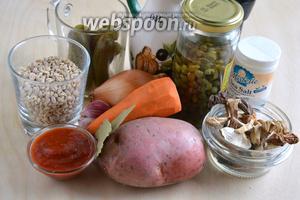 Подготовьте необходимые ингредиенты: перловую крупу, маринованные (или солёные) огурчики, лук, морковь, картофель, чеснок, каперсы, сушёные грибы, масло для жарки, томатную пасту, соль, перец и лавровый лист.  Помимо этого понадобится 1300 мл воды для супа и 200 мл воды для замачивания грибов.