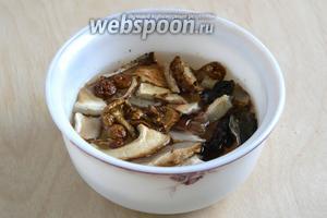 Залейте грибы 200 мл горячей воды.