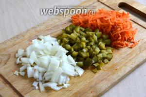 Пока варится перловка и размокают грибы, нарежьте кубиками огурцы и лук, натрите морковь и порубите чеснок.
