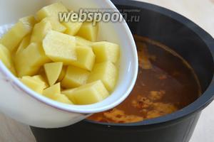 В самом конце добавьте кубики картофеля. Попробуйте на соль, сахар, кислоту, скорректируйте, если нужно. Варите до полной готовности картофеля.