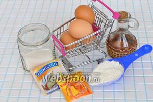 Для приготовления бисквита приготовим яйца, сахар, масло растительное, крутой кипяток, разрыхлитель и ванилин.
