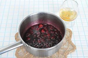 Из 150 граммов сахара и сока, натёкшего из вишни, сварить сироп и опустить в него вишню. Уварить 4 минуты. Остудить и влить коньяк (1-2 столовые ложки).