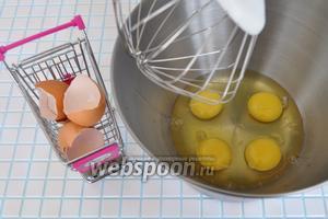Яйца разбить в чашу миксера и взбивать 5 минут на максимальной скорости.
