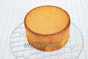 Готовый бисквит остудить и вынуть из формы. Бисквит из этого теста получается всегда ровный и никогда не вздувается горой.
