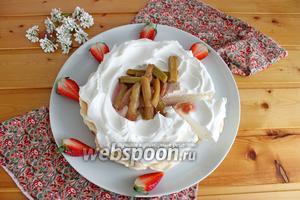 Десерт «Павлова» с ревенем