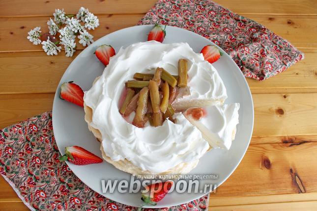 Фото Десерт «Павлова» с ревенем