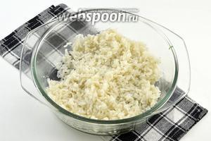 Рис отварить до готовности в подсоленной воде.