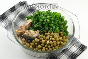 Соединить рис, лук, горошек, рыбу без масла, соль, перец.