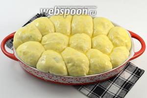 Смазать пирожки сверху разболтанным яйцом.