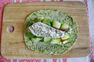 Рыбу обвалять в муке и положить сверху овощей.