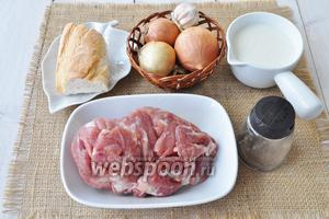 Приготовим филе бедра индейки, булку, сливки, масло сливочное по желанию, лук, чеснок, перец и соль.