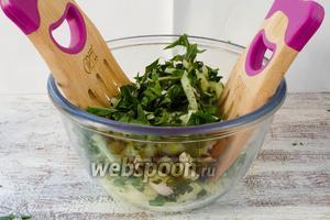 Вынуть из воды листья одуванчиков и просушить. Нарвать кусками (можно воспользоваться и ножом). Добавить к огуречной массе. Перемешать.