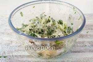 Посолить и поперчить салат. Перемешать.