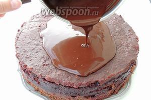 Глазируем торт. Глазурь выливаем на середину и дадим вольно растечься по поверхности и бокам. Надо выждать около 30 минут, чтоб глазурь схватилась, но лучше не в холодильнике.