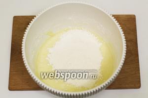 Небольшими порциями вводим пшеничную муку. Замешиваем мягкое тесто.
